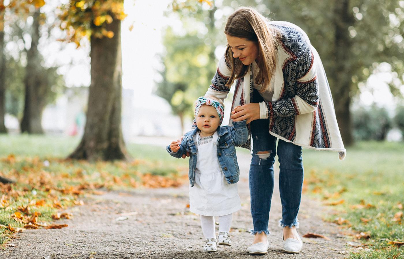 assistante maternelle en promenade avec un enfant