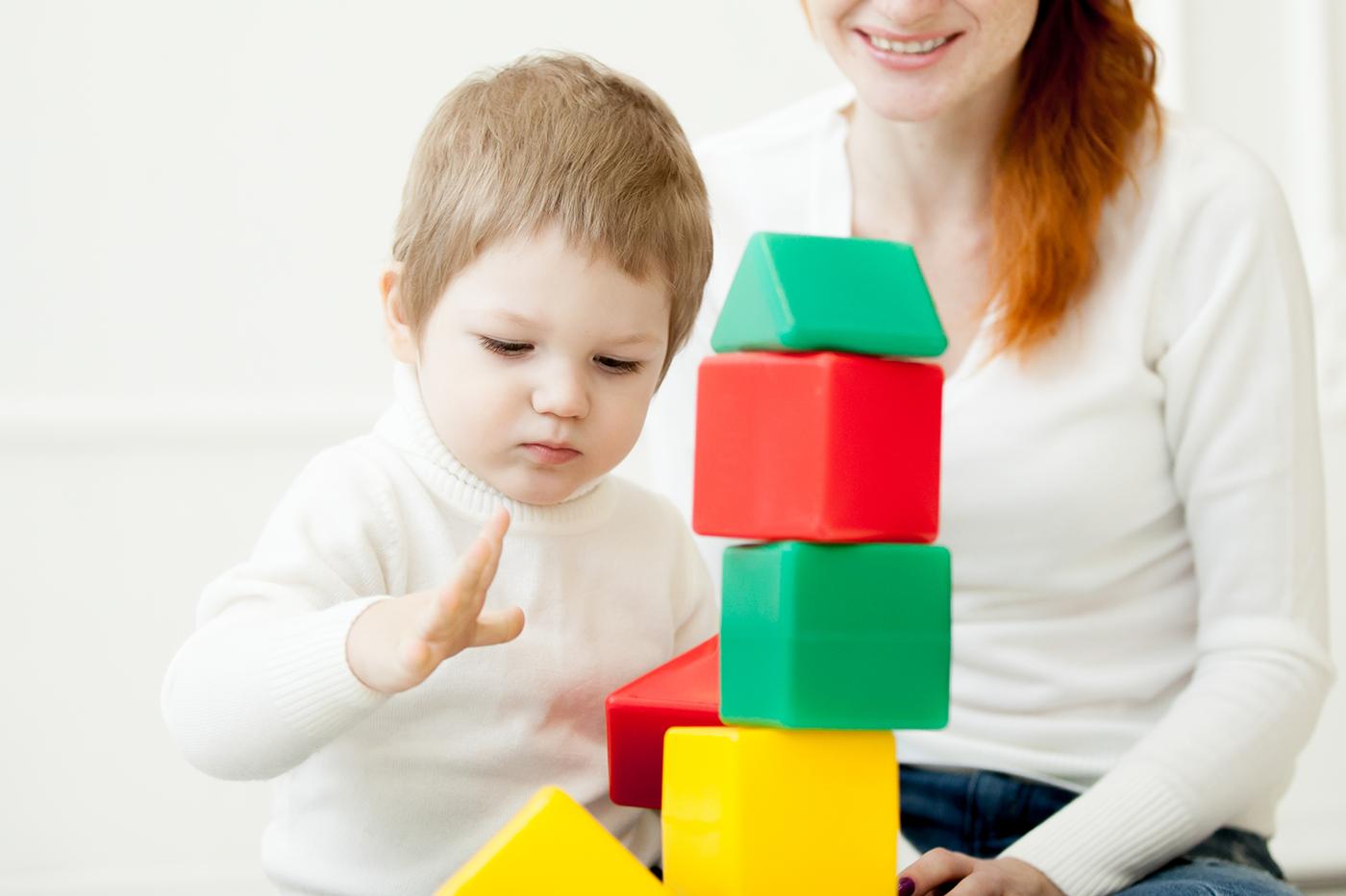 assistante maternelle jouant avec un enfant